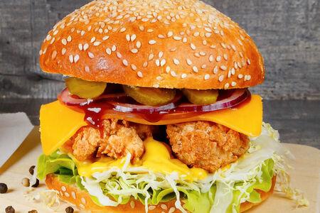 Бургер с куриными стрипсами