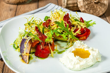 Салат с печеными овощами и мягким сыром