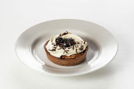 Тарталетка шоколадная с вишней