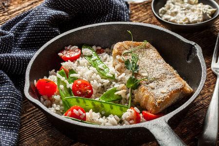 Обжаренное филе судака с рисом и овощами