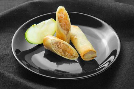 Спринг-роллы с яблоком и корицей