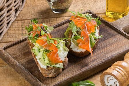 Салат с лососем на ржаной брускетте