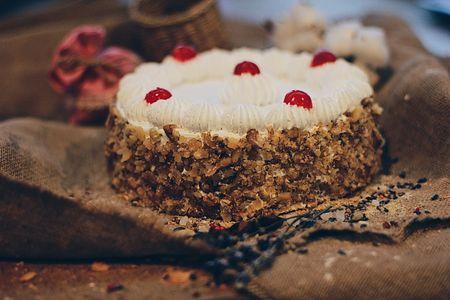 Бисквитный торт со взбитыми сливками и орехом