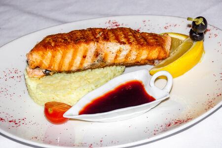 Стейк из лосося с рисом карри