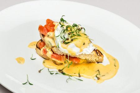 Яйца Бенедикт с лососем и рукколой