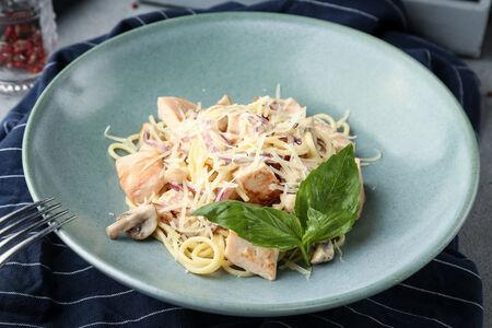 Спагетти с цыпленком и шампиньонами в сливочном соусе