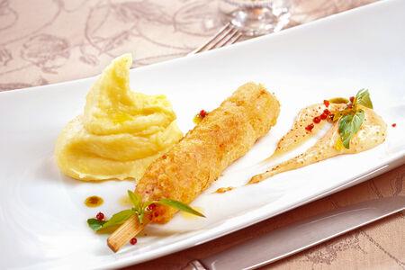Кебаб из крабового мяса и креветок с картофельным пюре