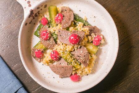 Битые огурцы с говядиной и горчично-брусничным соусом