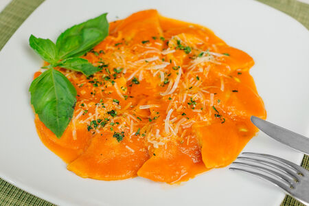 Паста Меццелуне со шпинатом с рикоттой