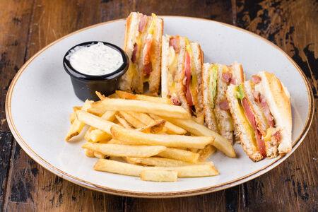Клаб-сэндвич с курицей и говяжьим беконом