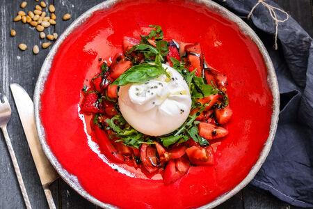 Буррата с салатом из томатов и клубники