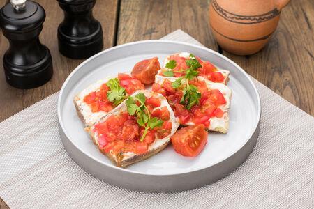 Хрустящие баклажаны с подкопченным сливочным кремом и томатами