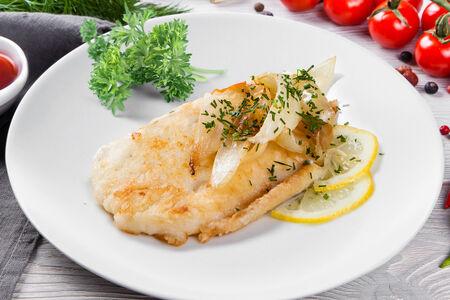 Филе рыбы жаренное с луком