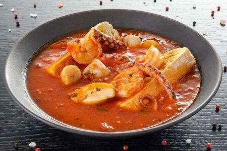 Суп из морепродуктов с чесночными тостами