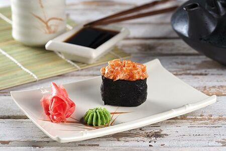 Острые суши с форелью/ васаби/ имбирь/ соевый соус