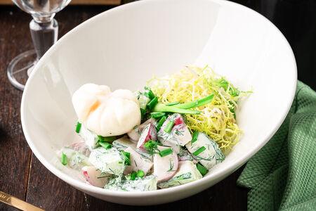 Салат по-деревенски с яйцом пашот