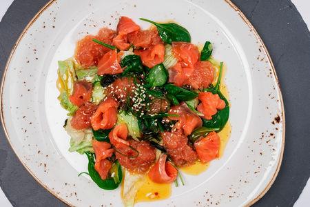 Зелёный салат с лососем