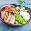 Фото к позиции меню Кобб-салат с курицей гриль, беконом и голубым сыром