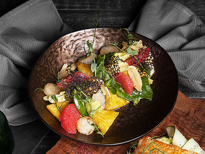 Салат с жареными гребешками и ананасом