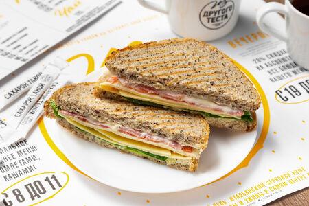 Сэндвич с ветчиной, сыром и омлетом