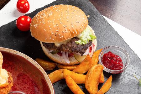 Бургер с мясной котлетой