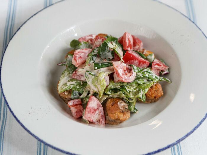 Зелёный салат с куриной колбасой, помидорами и яйцом пашот