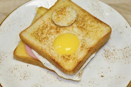 Сэндвич с сыром, яйцом и ветчиной