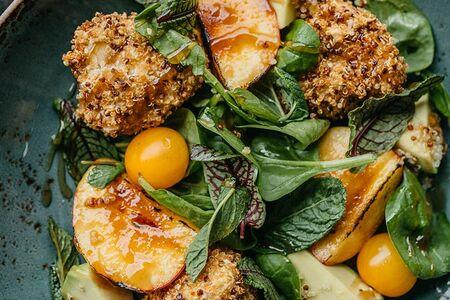 Салат с персиком, сыром камамбер и киноа