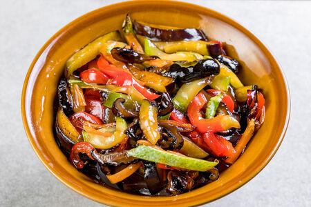Овощное соте с грибами шиитаке в чесночном соусе