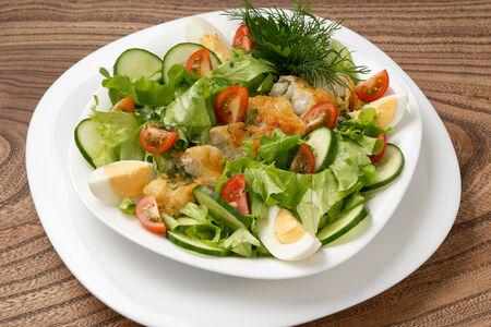 Теплый салат с красной рыбой и белым соусом