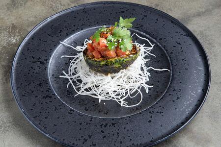 Тартар из тунца с соусом кокос-базилик