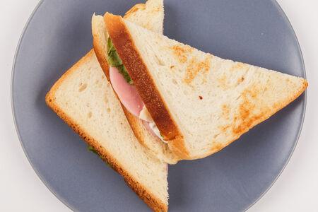 Треугольный сэндвич с сыром и ветчиной