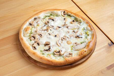 Пицца Курица с грибами на белом соусе
