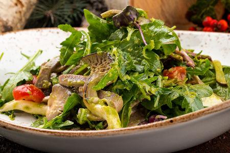 Салат с разными зеленями и говяжьими языками вареными