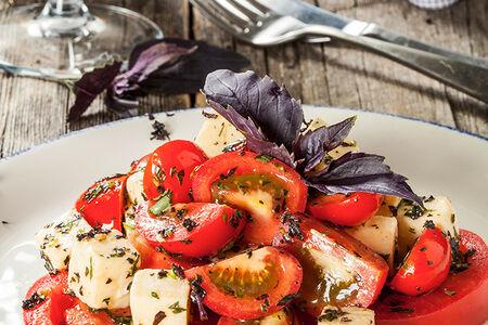 Салат Три вида спелых томатов с имеретинским сыром