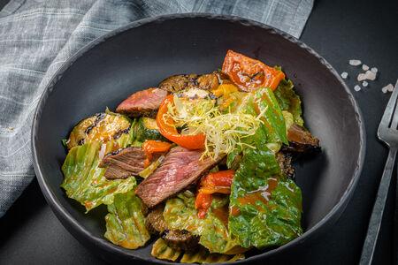 Салат-гриль с телятиной и запеченными овощами