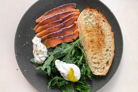 Яйца с семгой и зеленым салатом