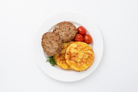 Две мясные котлеты с картофельными драниками
