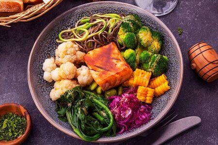 Боул с лососем и овощами
