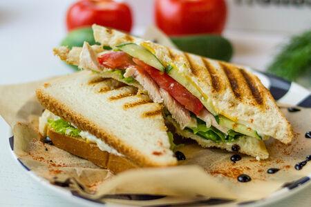Сэндвич с курицей, сыром и овощами