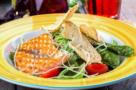 Салат Цезарь с лососем-гриль