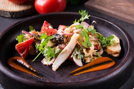 Салат с печеными баклажанами и копченой курицей