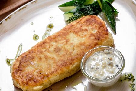 Картофельная котлета с мясом и грибным соусом