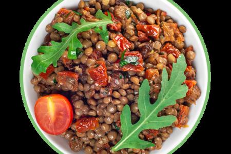 Салат из чечевицы с рукколой и изюмом