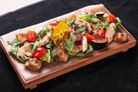 Салат с индейкой су-вид и теплыми баклажанами