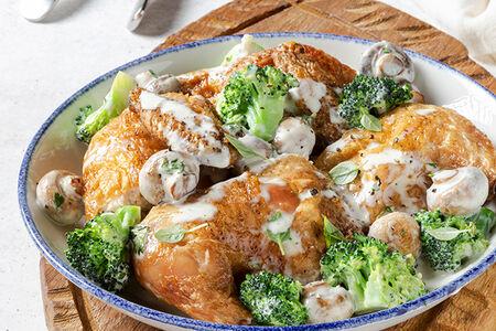 Запеченный цыпленок в сливочном соусе с брокколи и шампиньонами