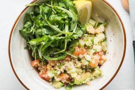 Салат Киноа с лососем и овощами
