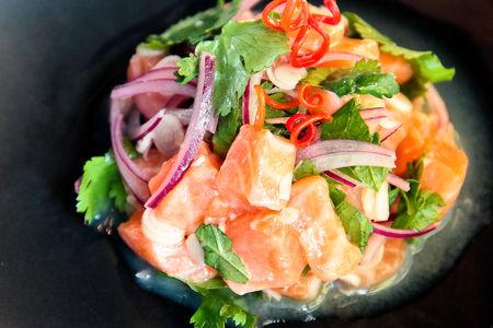 Салат из семги с лаймом и кинзой