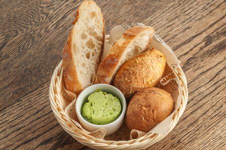 Хлебная корзина с зеленым маслом