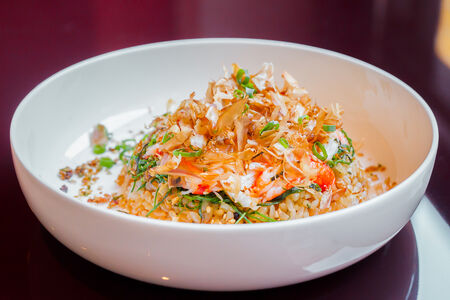 Жареный имбирный рис и краб